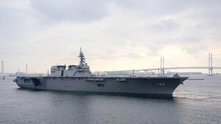 Izumo_vertrekt_uit_Yokohama_voor_deelname_aan_de_vlootschouw_2015,_-18_oktober_2015_a